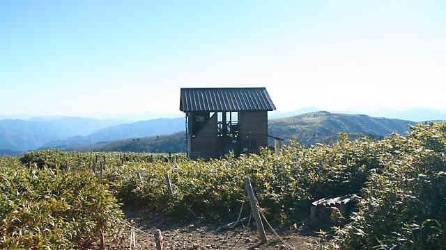 氷ノ山山頂の展望小屋と南尾根、二の丸・三の丸方面