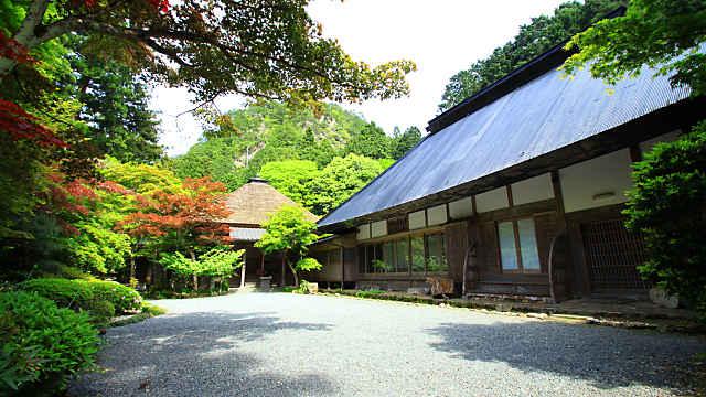 岩瀧寺境内と本堂