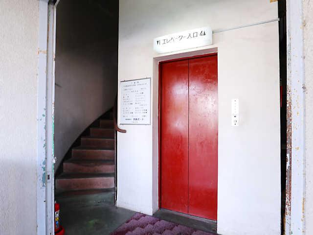 エレベーターの横の階段には2時間待ちの行列