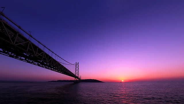 明石海峡大橋と夕日