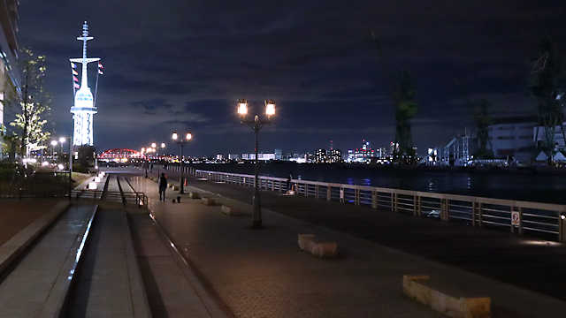 神戸ハーバーウォークのライトアップとポートアイランドの夜景