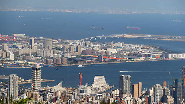 「ポーアイしおさい公園」と神戸港の風景