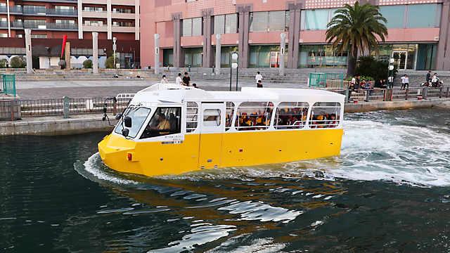 ハーバーランド を航行する 水陸両用車「太幸」