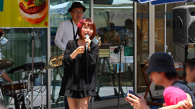 岡本ハンバーガーフェスティバル「イーゼル藝術工房」のライブ