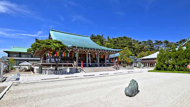 摩耶山天上寺の金堂と枯山水庭園