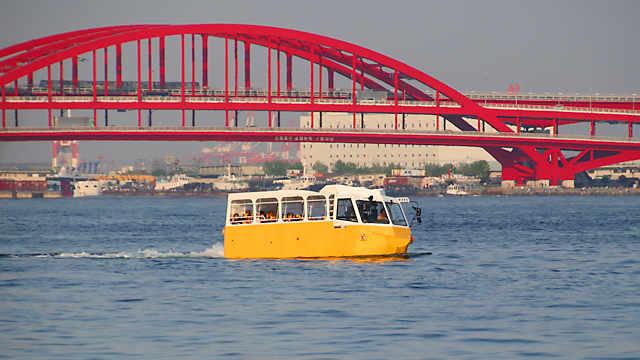 ハーバーランド沖の海上を航行する水陸両用車「太幸」