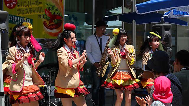 岡本ハンバーガーフェスティバル「ハンバーガールZ」のライブ