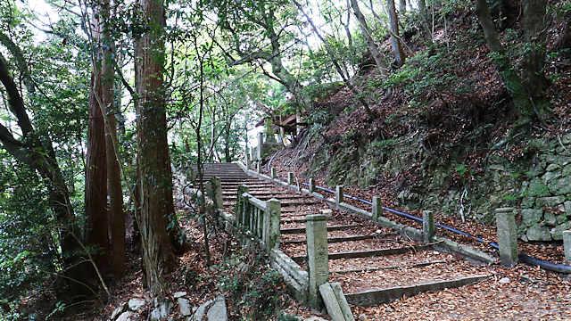 旧天上寺の山門(仁王門)への階段