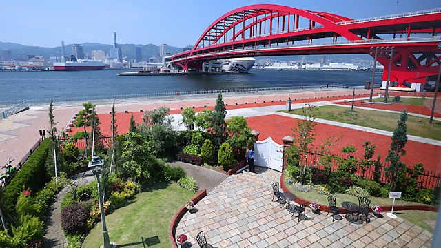 みなと異人館2階のベランダから見る神戸大橋と神戸港の風景