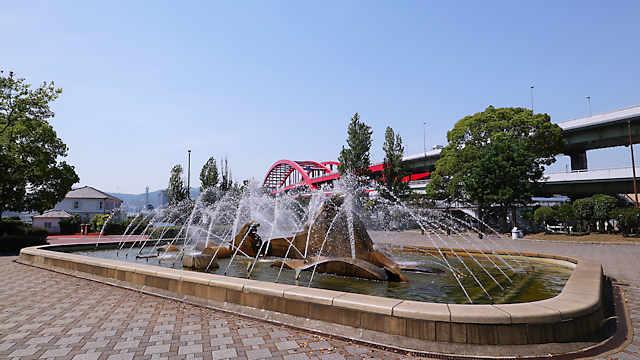 イルカの彫刻のある噴水と神戸大橋