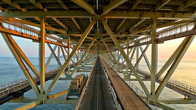 明石海峡大橋の道路の下