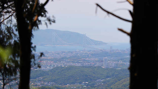 摩耶山山頂の西から見える淡路島と明石海峡大橋