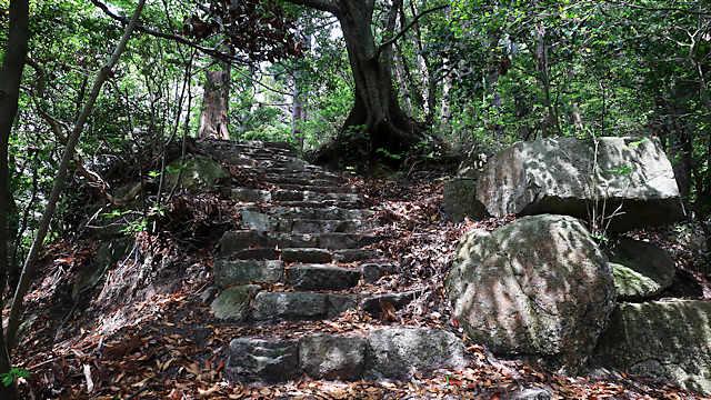 奥の院への石段