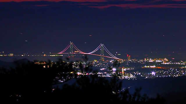 摩耶山山頂の西から見える淡路島と明石海峡大橋のライトアップ