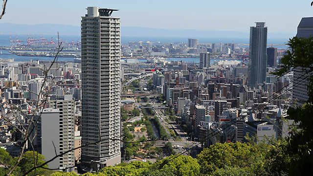 生田川、ポートアイランド、神戸空港が見えます。見通しがよければ関空が見えます。