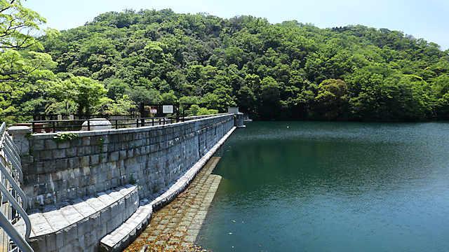 布引ダム(布引五本松堰堤)と布引貯水池
