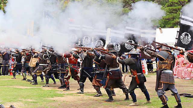 岡山城鉄砲隊による火縄銃の射撃演武