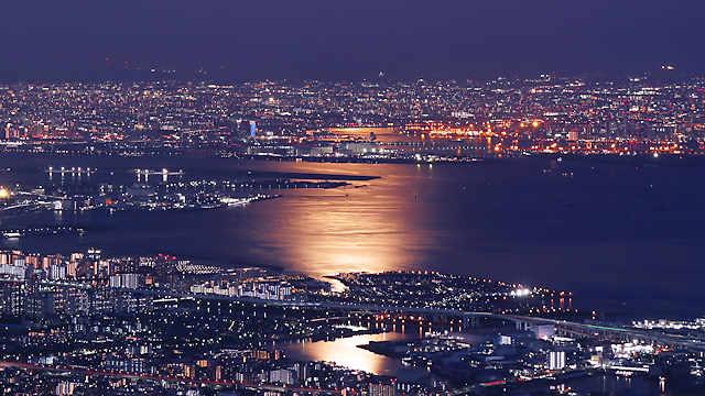 ストロベリームーンの月光に輝く海