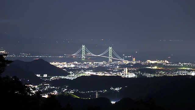 摩耶山掬星台の西の展望台からは明石海峡大橋が見えます。明石海峡大橋の上方には四国の灯りが見えます。
