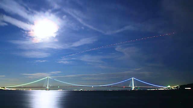 明石海峡大橋のイルミネーションと月明かり夜景