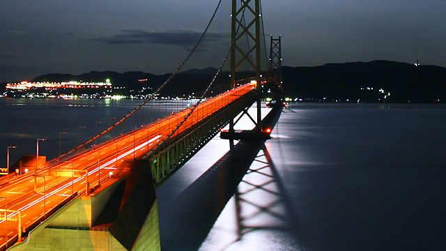 明石海峡大橋と月光に光る海