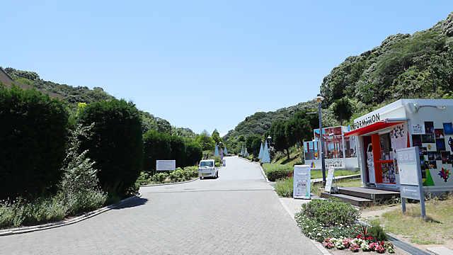 淡路ハイウェイオアシス横の兵庫県立淡路島公園の入り口