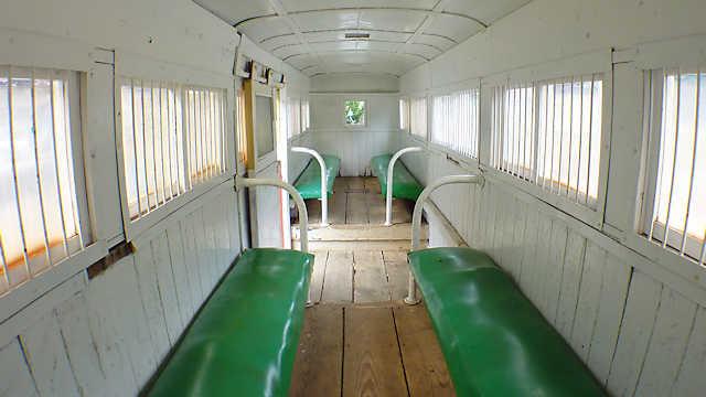明延鉱山の明神電車「一円電車」の客車内部