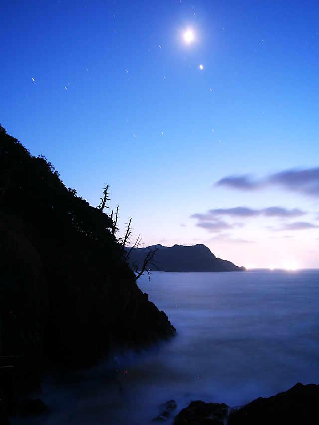 香住海岸「月光に照らされる日本海といさり火」