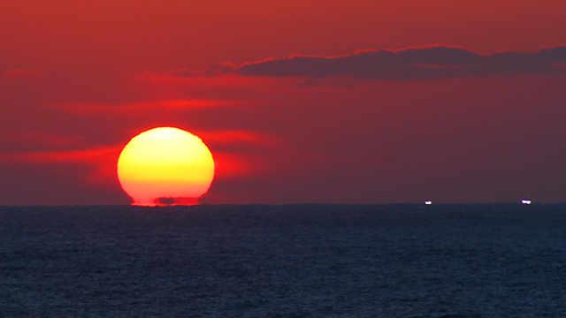 岡見公園「日本海に沈む夕日といさり火」