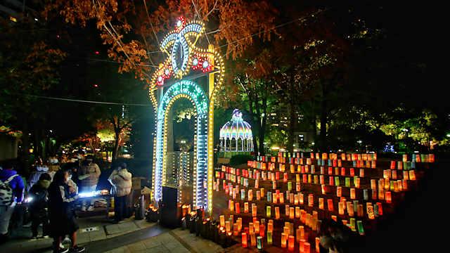 「1・17希望の灯り」に設置された今年の新作と竹灯ろう