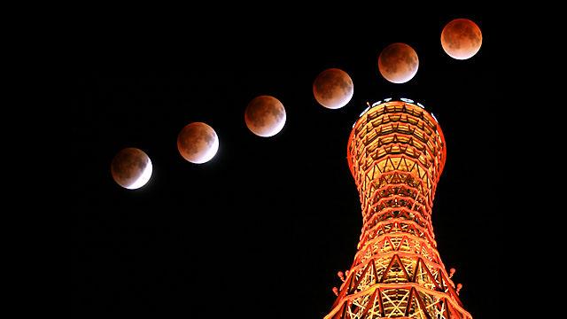 皆既月食と神戸ポートタワー